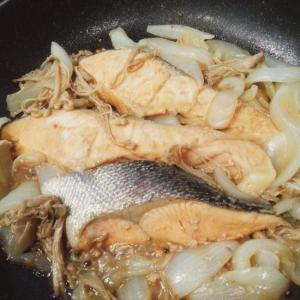 鮭と玉葱とえのきのにんにく醤油煮込み