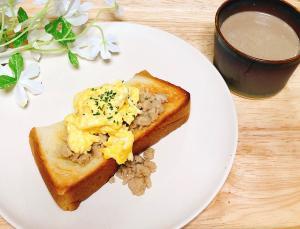 卵と鶏そぼろトースト