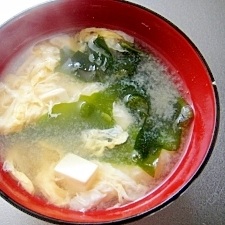 豆腐とわかめ卵のお味噌汁