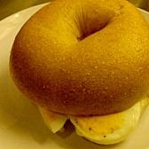 ゆで卵&チーズのベーグルサンド