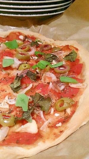シンプルなアンチョビとオリーブのガーリックピザ。