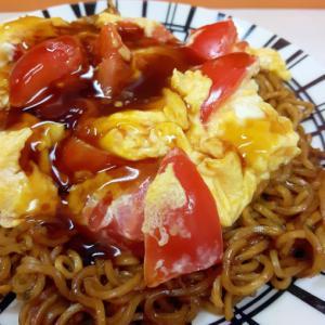 焼きそば袋麺(^^)トマトと卵の甘酢あんのせ♪