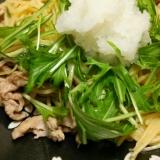 豚肉と水菜とブナピーのパスタ、大根おろしのせ