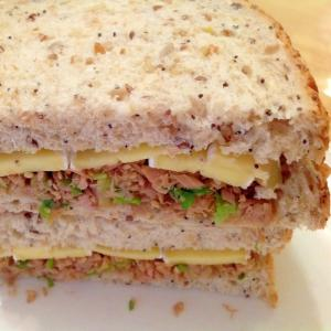 ツナと青ネギとカマンベールのサンドイッチ