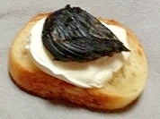 黒にんにくとクリームチーズのカナッペ