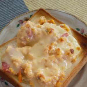 トマトと玉ねぎのスクランブルエッグのトースト