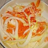 ピーラー人参と新玉ねぎのおろし金柑マヨサラダ