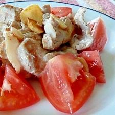 カリカリ豚肉のトマトサラダ