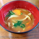 玉ねぎ、人参、小葱、ほうれん草の味噌汁