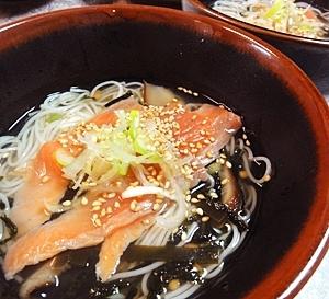 お茶漬け風サーモン温素麺汁