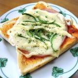 ハムとチーズとピーマンのピザトースト