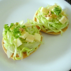 キャベツとチーズの大豆粉パンケサラダカナッペ♪