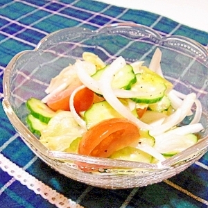 玉ねぎとトマトときゅうりとレタスのサラダ