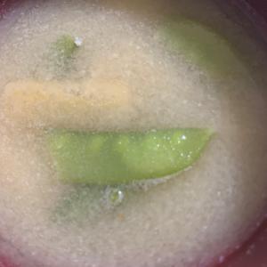 油揚げと絹さやの味噌汁