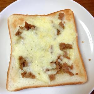 豚ひき肉のチーズトースト