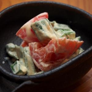 簡単おつまみ!オクラとトマトの味噌マヨ和え