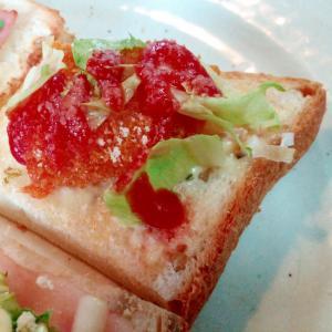 ケチャで おやつコロッケとレタスのミニトースト