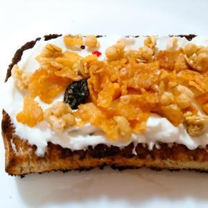 水切りヨーグルトとフルグラのトースト