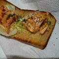 鮭の刺身マリネでパン耳トースト♪(タマネギ)