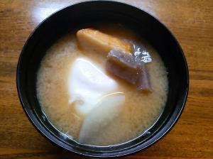 大根と蒟蒻と薩摩揚げと落とし卵の味噌汁