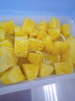 丸ごとパイナップルの切り方