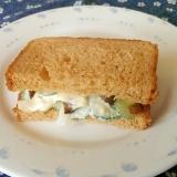 キューちゃんと玉ねぎときゅうりのサンドイッチ