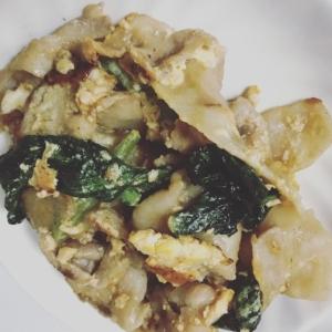 絶品!豚バラ、小松菜、玉ねぎ、卵の炒め物に