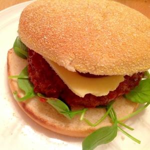 サラダほうれん草入り自家製ハンバーガー