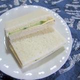 チーズときゅうりのサンドイッチ