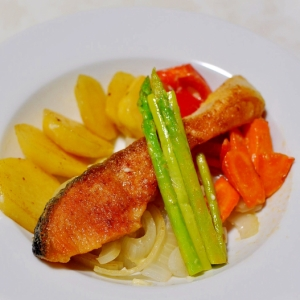 甘塩鮭のムニエルと野菜のワイン蒸し