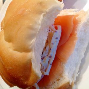 スモークサーモンと玉ねぎのサンドイッチ