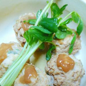 ねり梅を混ぜてのっけておいしい鶏肉団子の煮物