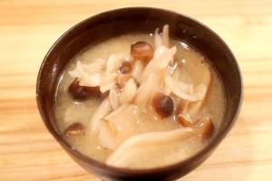 蒸し焼きから作るキノコの具沢山お味噌汁