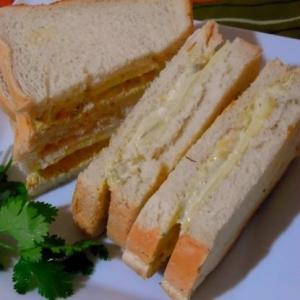 アボカドペーストとチーズのトーストサンド