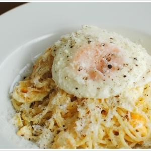 目玉焼きとペコリーノのスパゲッティ
