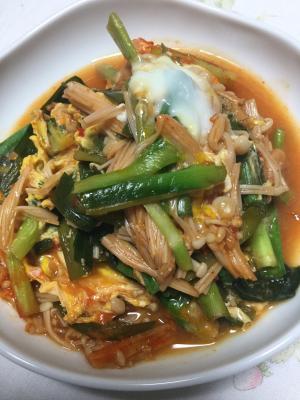 キムチ鍋の素でピリ辛ニラ玉