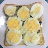 ゆで卵乗せ♪クリームシチューマヨトースト