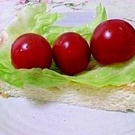 レタスとミニトマトのオープンサンド