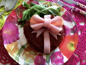 記念日やお祝いに♡リボンの愛情ハンバーグ
