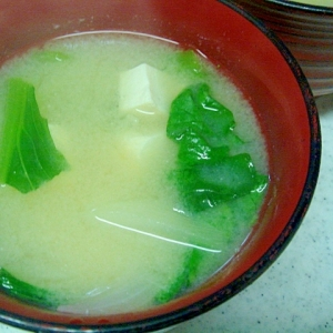 小松菜と玉葱、豆腐の味噌汁