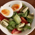 キウイとゆで卵レタスのサラダ