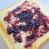 チーズとブルーベリージャムのトースト