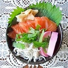 サーモンとしらすと蒲鉾の三色ちらし寿司