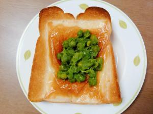 こんがりチーズとグリーンピースの甘煮トースト