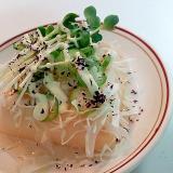 千切りキャベツと丸オクラとかいわれ大根の卵豆腐