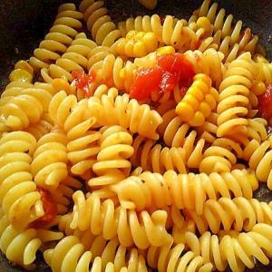 冷凍しておいたコーンとトマトでパスタ