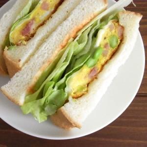枝豆とベーコンのオムレツサンドイッチ