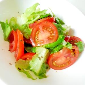 ロメインレタスとトマトのバジル風味サラダ