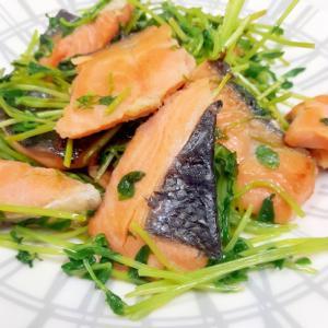 簡単(^^)甘塩鮭と豆苗のささっと醤油蒸し炒め♪