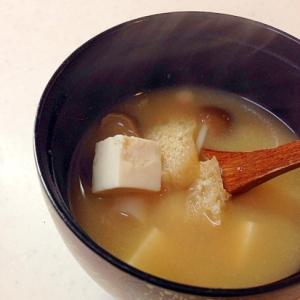 きのこと油揚げと豆腐のお味噌汁